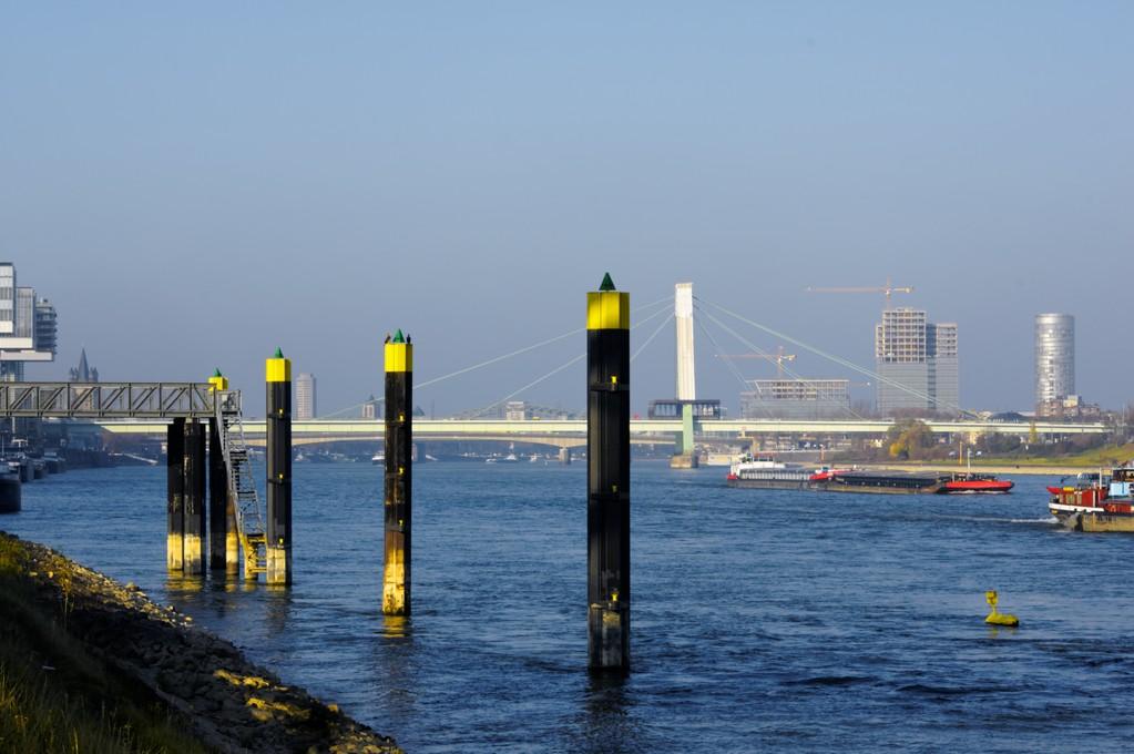 Zwischen Rheinauhafen und Hochwasser-Pumpwerk