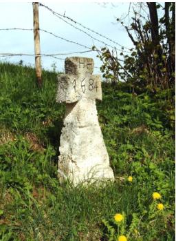 Nach der Restaurierung durch den Arbeitskreis Marterl war das Steinkreuz wieder in den ursprünglichen Zustand zurückversetzt (das Monogramm über der Jahreszahl)