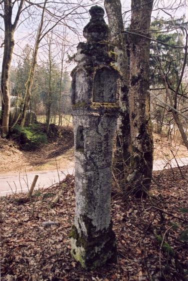 Die Tuffsäule bei Mittenkirchen, aus dem Jahre 1655. Die Böschung des Hohlweges wurde bei Straßenbaumaßnahmen abgeflacht, dafür musste die Säule weichen.