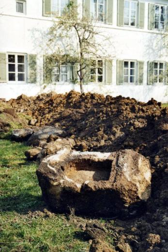 Die bei Grabungsarbeiten am Pfarrhof in Neukirchen gefundene Laterne
