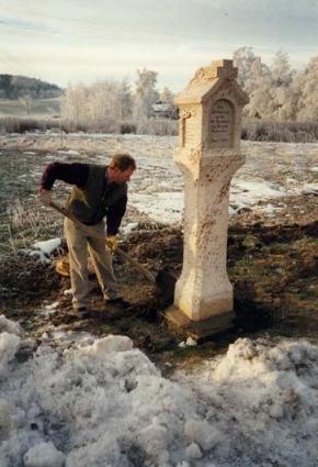 Steinmetzmeister Anton Baumann beim Setzen der neuen Tuffsäule im Jahre 1996