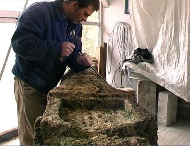 Bildhauer TOBEL in seinem Atelier, bei der Arbeit am Bildstock