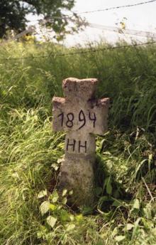 Das auf den Kopf gestellte und falsch datierte Kreuz (das Monogramm befindet sich unterhalb der Jahreszahl)