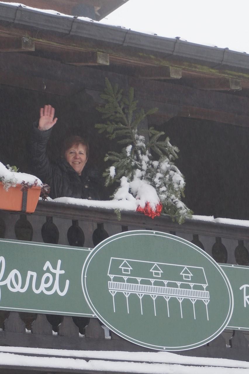 L'auberge le balcon en forêt sous la neige