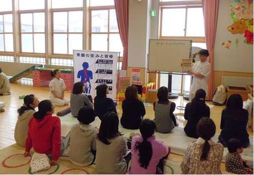 青森市内の幼稚園での健康講座の様子です、たくさんのお母さん方が参加しました