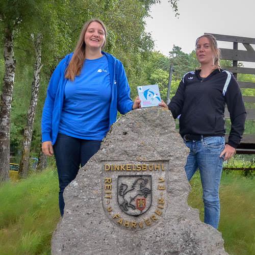 Franziska Wilhelm (LBV) und Katharina Krauß (1. Vorsitzende des Reit- und Fahrvereins) Foto: Ingrid Wenzel