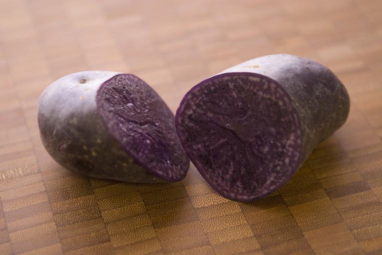 紫ジャガイモ/シャドークイーン断面(切っても紫色)