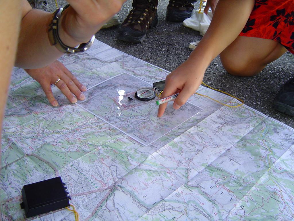 Auf der Karte den richtigen Weg bestimmen
