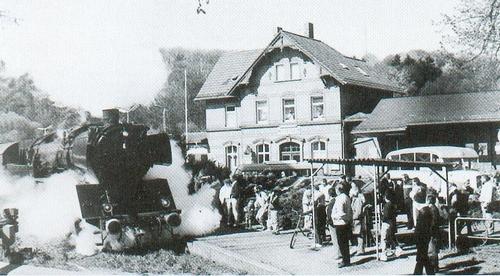Dampflok beim Einfahren in den Bahnhof