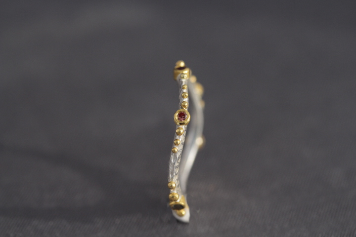 6 verschiedenfarbene Safire, 900er Waschgold, 935er Silber