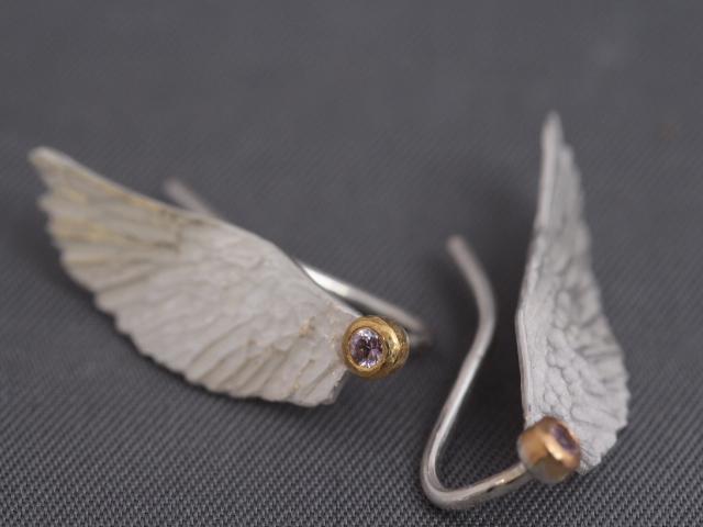 ...die Haken an der Rückseite dienen auch dazu, die Engelsfügel waagerecht am Ohr zu fixieren.