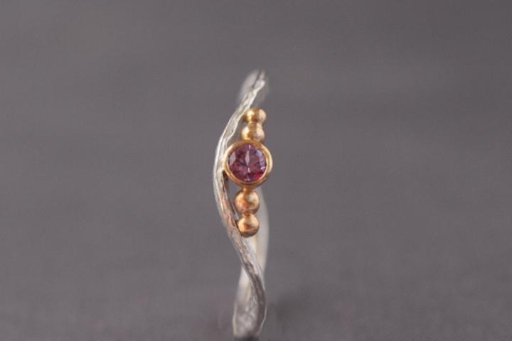 Altrosafarbener Safir, 750er Rosé-Waschgold, 935er Silber