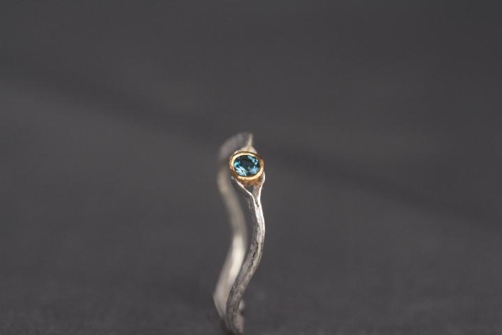 intensivblaufarbener Aquamarin, 900er Waschgold, 935er Silber