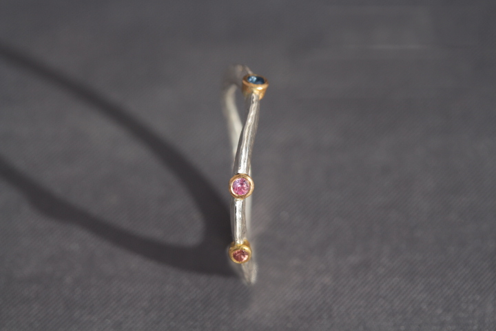 2 rosafarbene, 1 blauer Safir, 900er Waschgold, 935er Silber