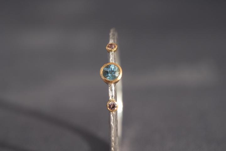 1wunderschöner intensivblauer Aquamarin, 2altrosafarbene Safire, 900er Waschgold, 935er Silber