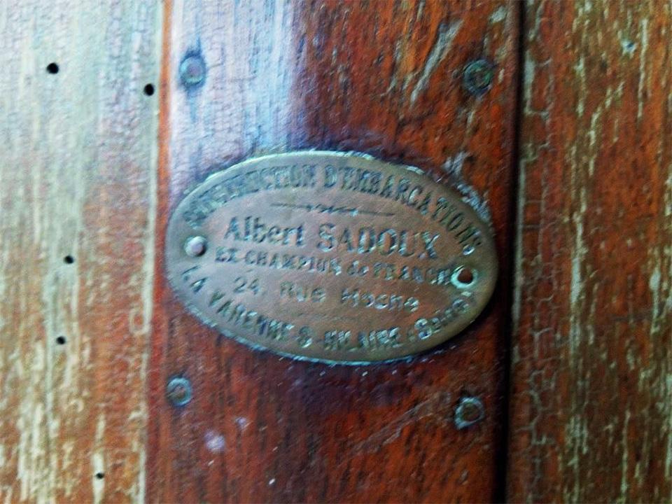 Plaque constructeur du canoë à voile Construction Albert Sadoux