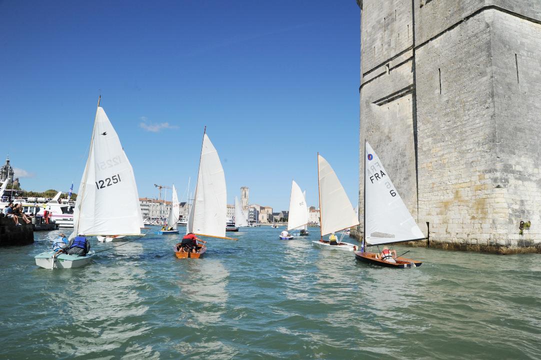 Les dériveurs anciens vent arrière entre les 2 tours de La Rochelle