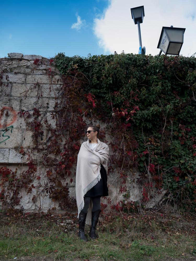 Maxischal/Plaid, Fischgrat, beige/naturweiß, von Andelana Alpaka. Sonnenbrille von Kerbholz. Fotografie: Kathrin Häckert
