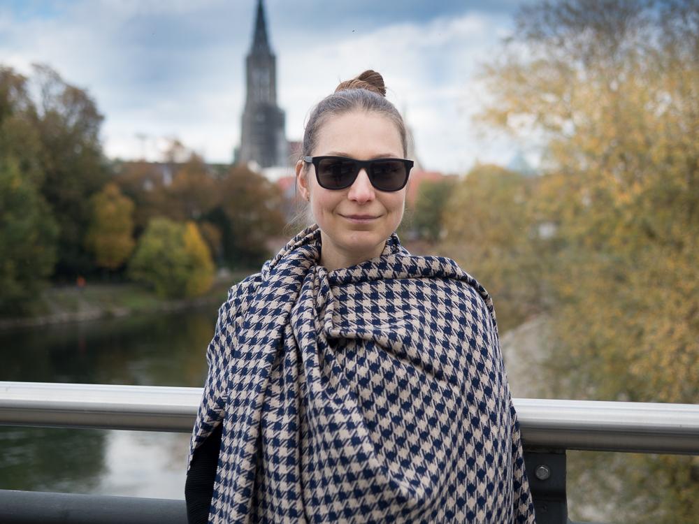 Maxischal/Plaid, Hahnentritt, beige/marineblau von Andelana Alpaka. Sonnenbrille von Kerbholz. Fotografie: Kathrin Häckert