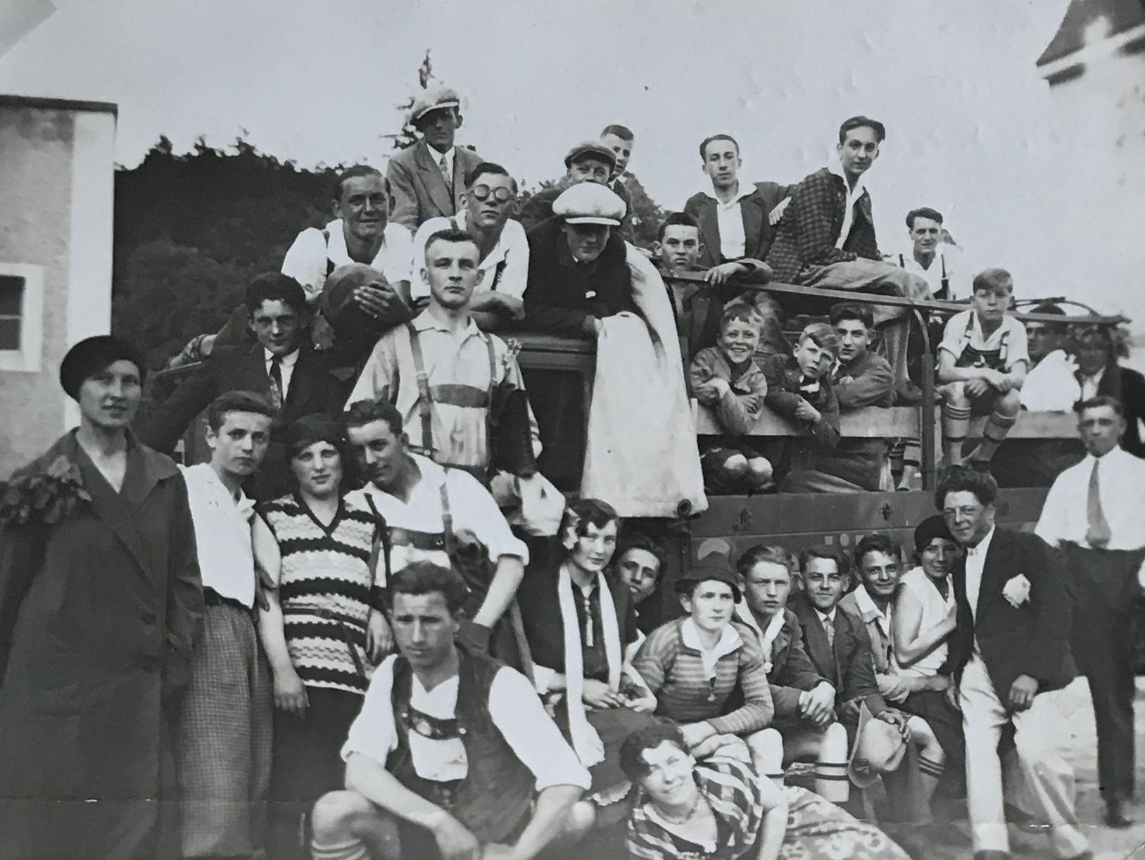 Die SpVgg Ziegetsdorf im Jahre 1932 auf dem Weg zu einem Spiel nach Sulzbach/Donau