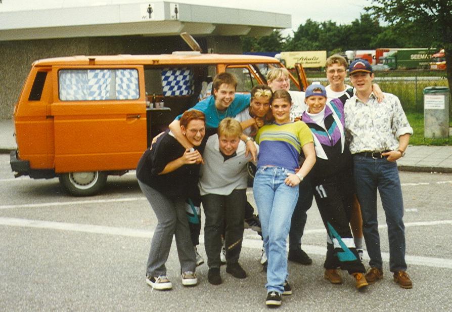 """Seit Anfang der 90er Jahre fahren die Ziegetsdorfer Damen zum Skifahren nach Dorfgastein, hier im orangenen VW-Bus von """"Chipo"""""""
