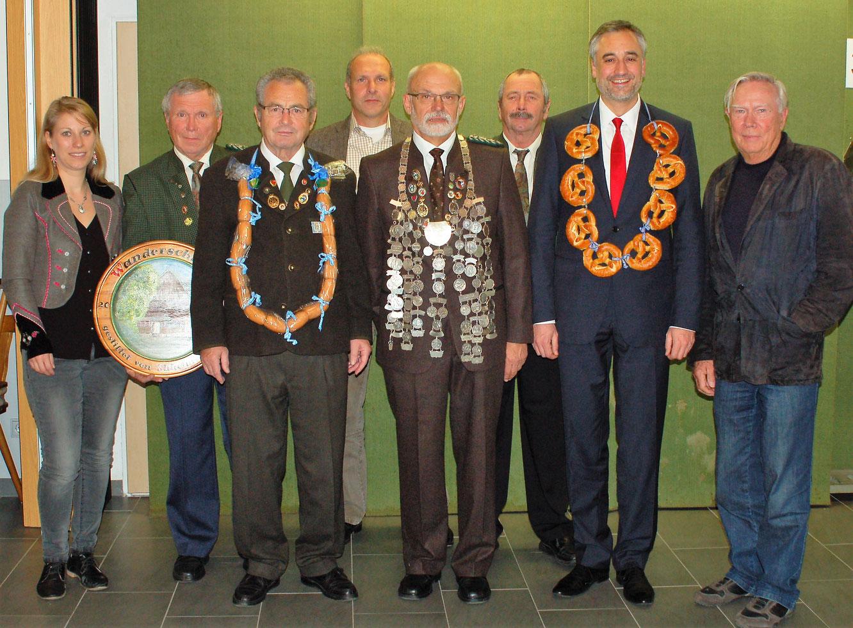Franz Graßl (5. v.l.) wird auch im Jahr 2017 Schützenkönig beim Königsschießen der SpVgg Ziegetsdorf