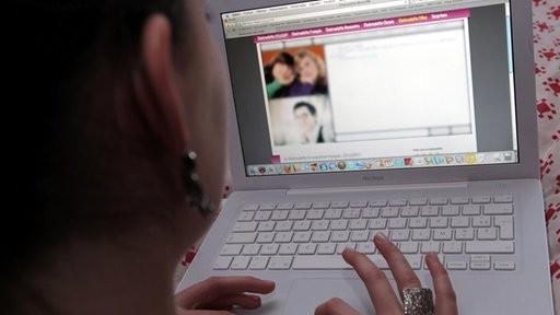 Mädchen im Internet: Harmloser Chat?