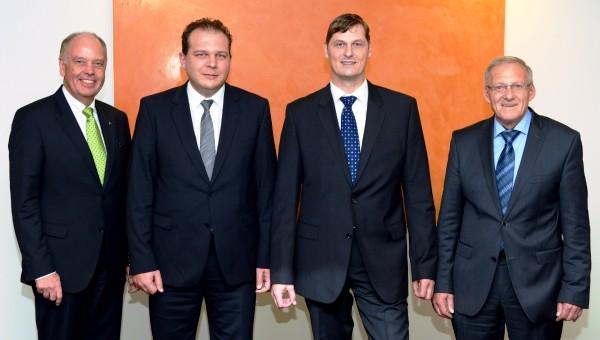 """(v.l.): Rudolf Jäger, Vorstandsmitglied der Volksbank Paderborn-Höxter-Detmold, Thomas Richartz, Referent R+V Versicherung, Referent Markus Wortmann vom Verein """"Sicheres Netz hilft e.V."""" und Wilhelm Vössing, Leiter Filialgeschäft Beverungen."""