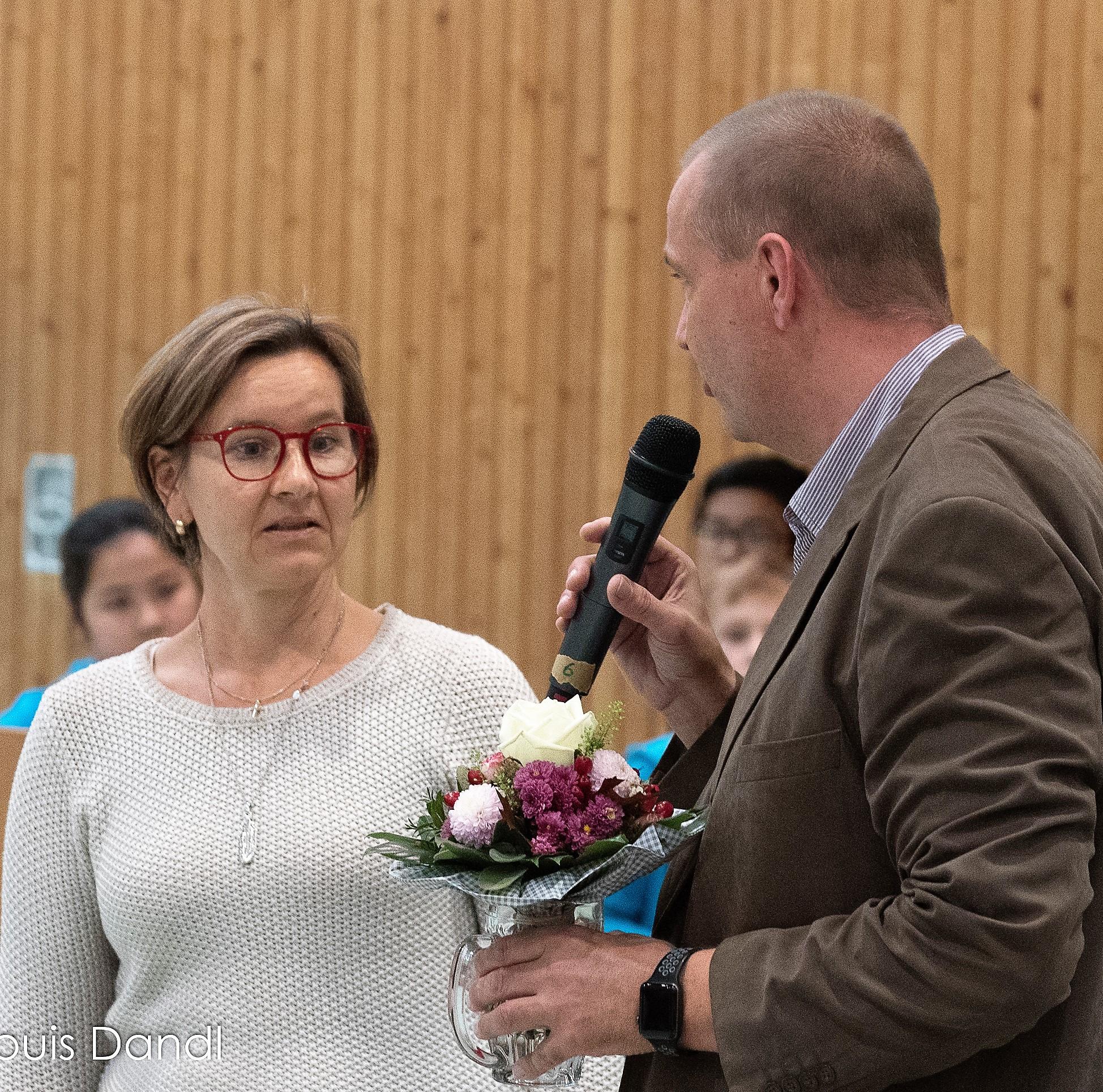 ... und offensichtlich überrascht, dass sie auch noch Blumen mit nach Hause nehmen durfte
