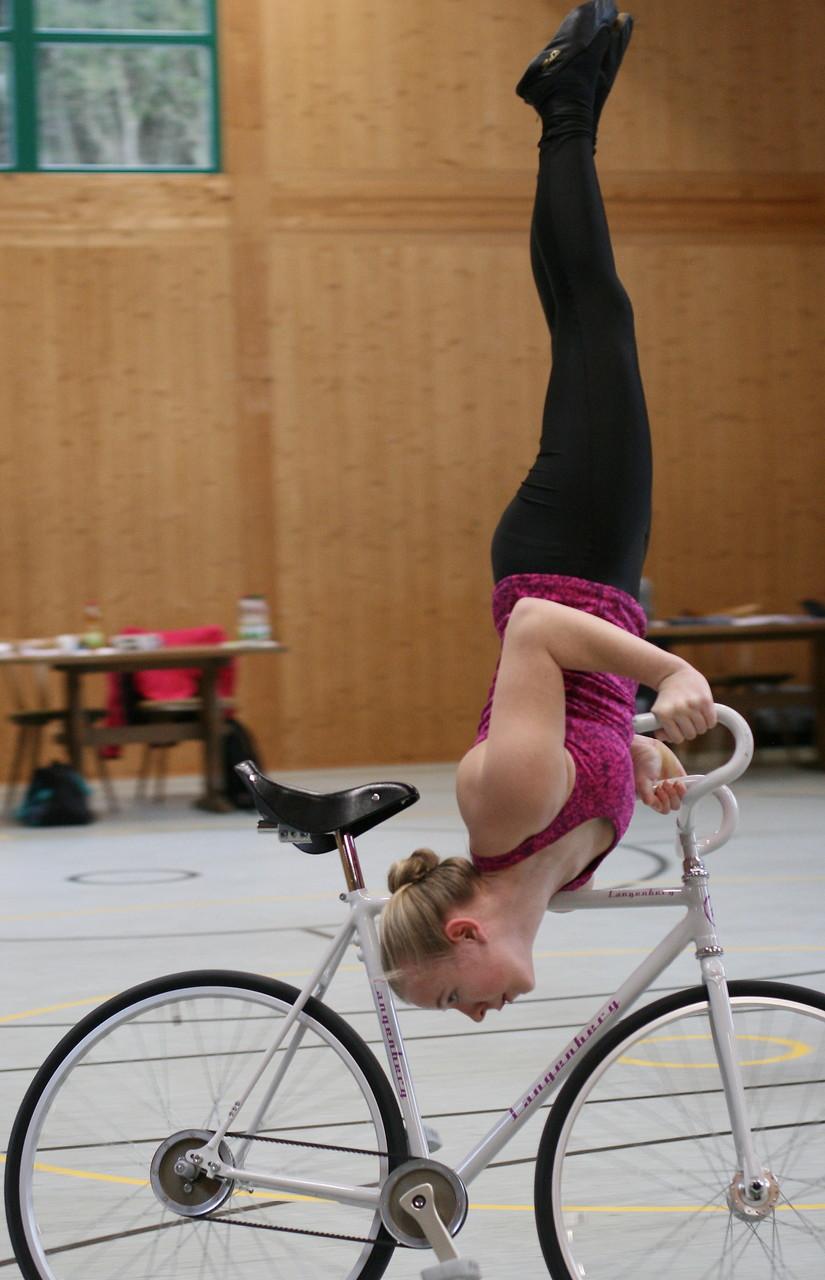 Johanna Graff zeigt Schulterstand