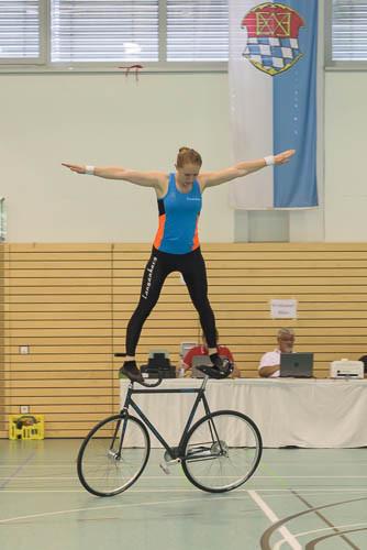 Milena Slupina zeigt Sattellenkerstand rückwärts