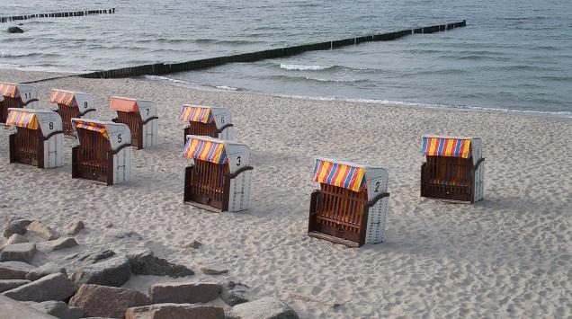 Leere Strandkörbe an der Ostsee in Kühlungsborn warten auf Touristen