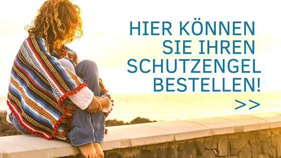 Urlaubsfeeling: Frau mit blonden Haaren und buntem Poncho sitzt auf einer Mauer über dem Meer, schaut in den sonnigen Himmel und bestellt ihren Schutzengel