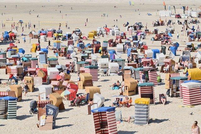 Voller Nordsee-Strand auf Borkum mit Strandkörben und vielen Menschen beim Urlaub in Deutschland.