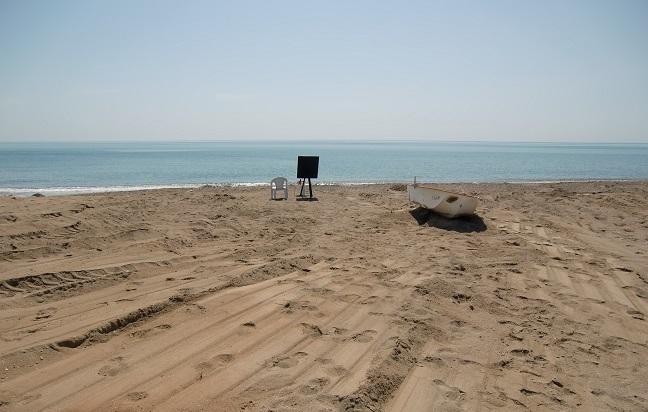 Menschenleerer Strand in der Türkei in der Nähe von Antalya, nur ein einsames Boot liegt am Strand