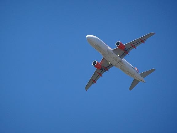 Flugzeug am blauen Himmel von unten fotografiert