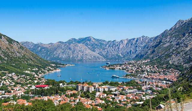 Montenegro öffnet sich als erstes Land in Europa für Urlauber und Tourismus. Lande der Berge, der Fjorde und des Wassers.