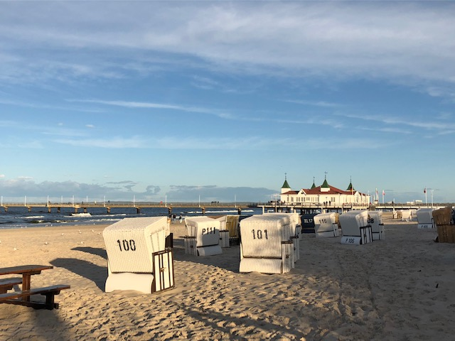 Strandkörbe an einem leeren Strand vor der Seebrück in Ahlbeck auf Usedom