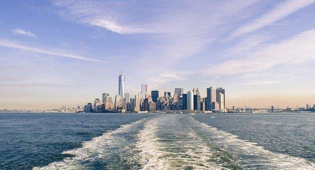 Skyline von New York vom Wasser aus