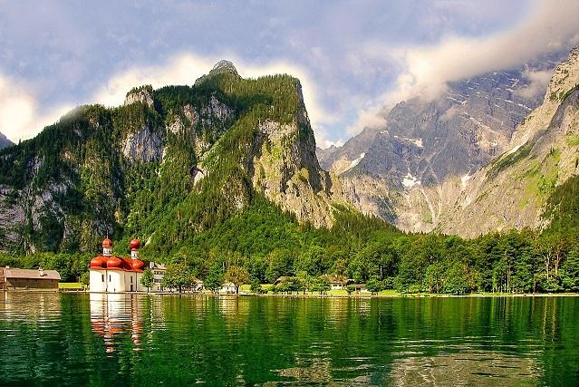 Der Königsee in Bayern ist ein beliebtes Urlaubsziel für Reisen in Deutschland.