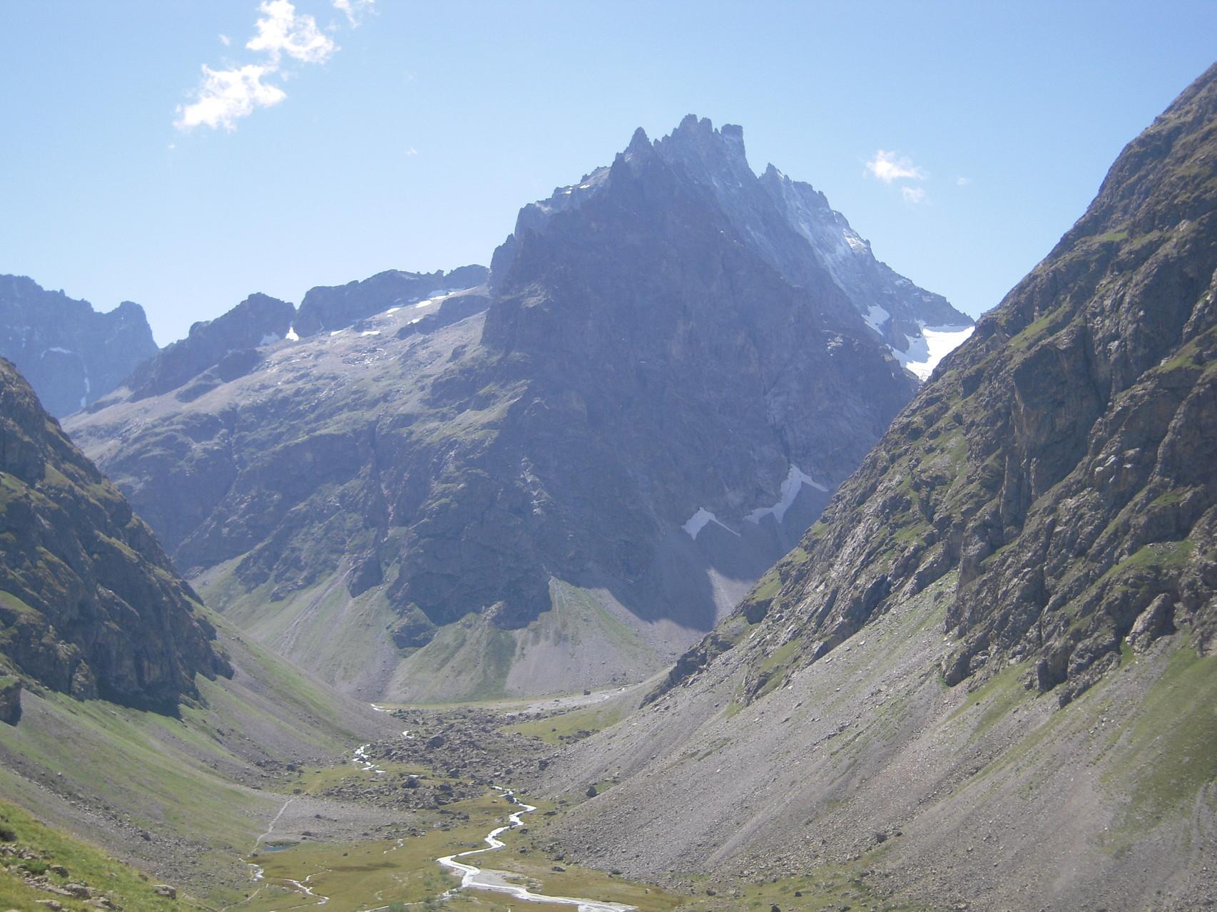 Le plan de Valfourche au pied de la Roche Méane.