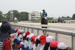 1レース目の返し馬 応援してくれる園児たち