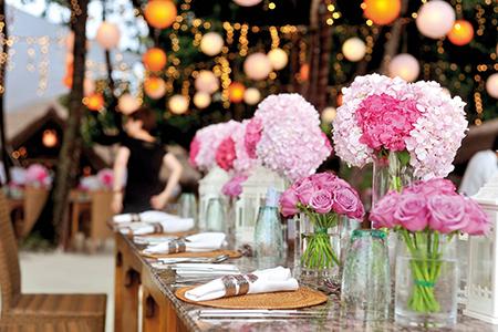 Quelques compositions florales peuvent s'installer sur les tables pour apporter une touche colorée. Crédit photo : Pixabay©