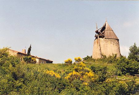 Les Cassès. Le moulin de Caunes est bien dégradé. A gauche la maison du meunier. Crédit photo : Pierre Mercié