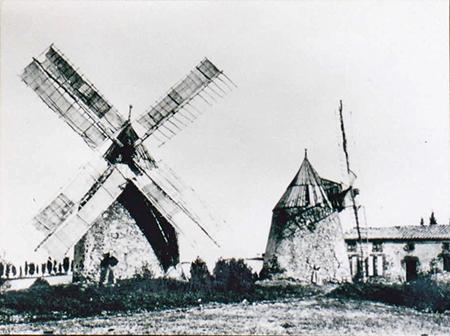 Mas-Saintes-Puelles. Les moulins de Laffont au temps de leur activité voici un siècle. A droite la maison du meunier. Document Louis Alric