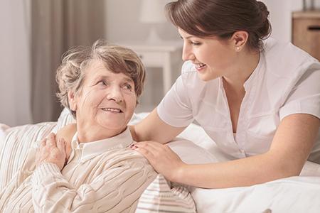 De nombreux services à la personne permettent aux personnes dépendantes de demeurer plus longtemps à leur domicile. crédit photo : AdobeStock©Photographee.eu