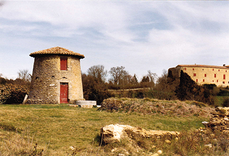 Saint-Paulet. Le moulin du village. A droite le château dans lequel se trouvait conservé entre deux plaques de plomb le cœur du Maréchal Turenne «Henri de La Tour d'Auvergne». Crédit photo : Pierre Mercié