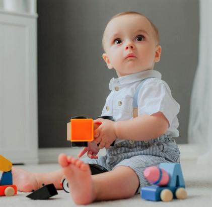Bébé surpris jeu Montessori
