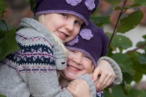 Que peuvent faire les parents pour favoriser une relation forte et positive entre frères et soeurs ?