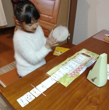 札幌市北区の「はるピアノ教室」ではリズムカードを使って「リズム打ち」で拍感を養います。